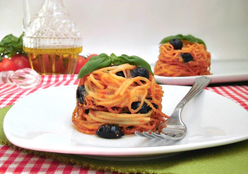 timballo di spaghetti con olive mozzarella e basilico
