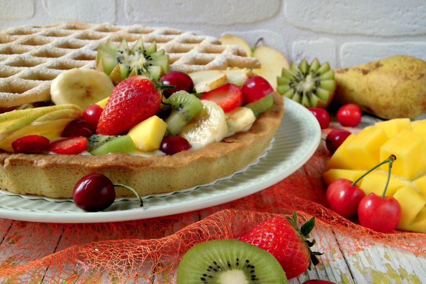 Crostata di frutta con pasta frolla, crema pasticcera e frutta fresca