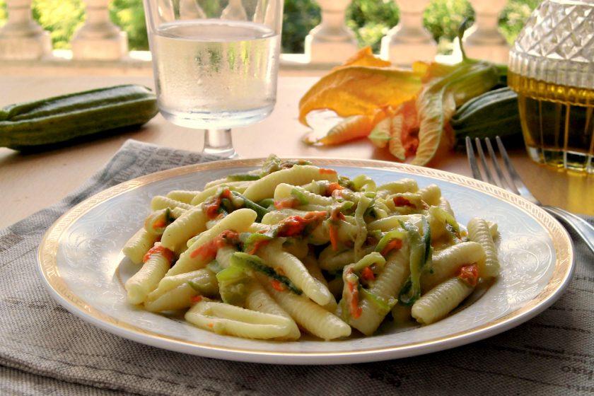 Pasta con fiori di zucca e zucchine
