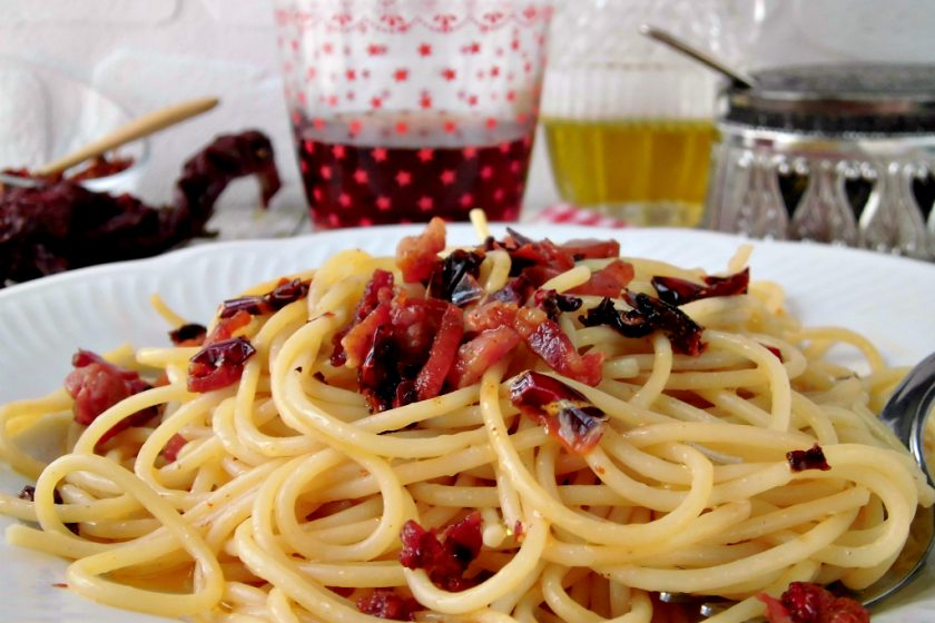 Spaghetti con pancetta e peperoni cruschi