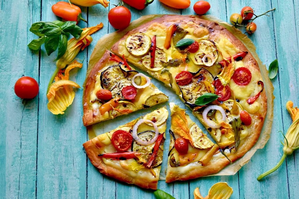 Se cercate un'idea per una cena veloce e saporita, provate questa focaccia all'ortolana, ricca di verdure grigliate. Per prepararla ho utilizzato una base