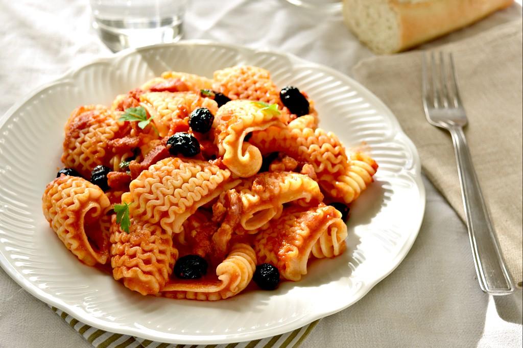 Fisarmoniche al pomodoro con olive e pancetta