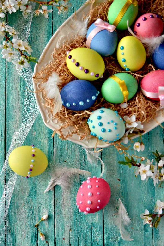 uova di Pasqua allegre e chic