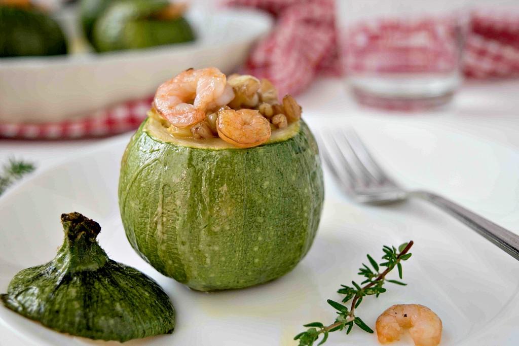 Zucchine ripiene con farro e gamberetti