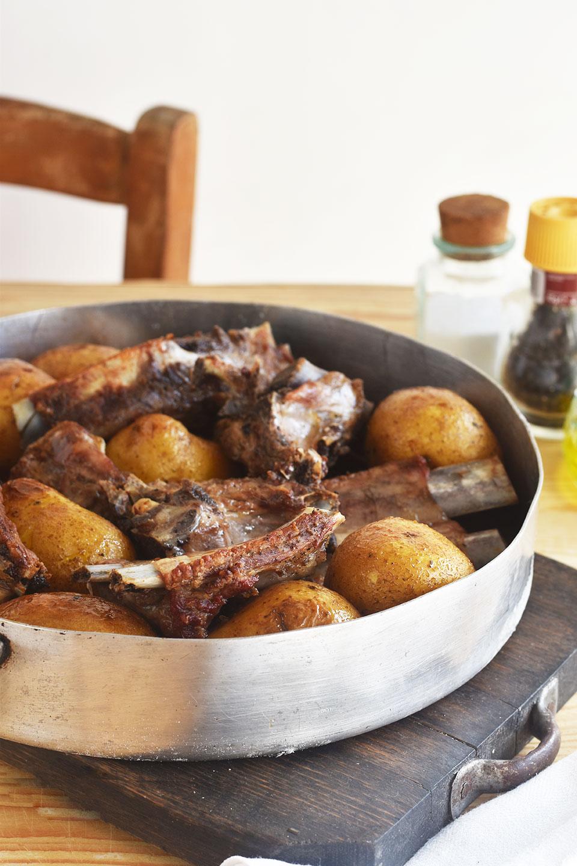 Costine di maiale e patate al coppo