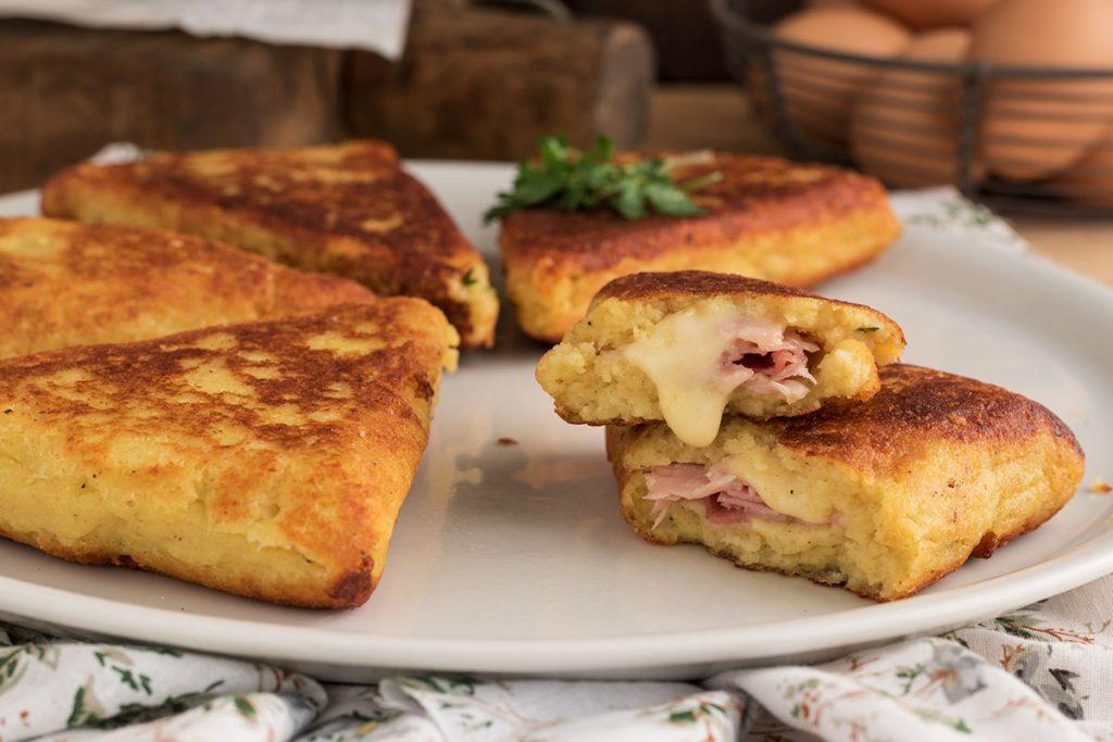 Sandwich di patate con prosciutto e scamorza