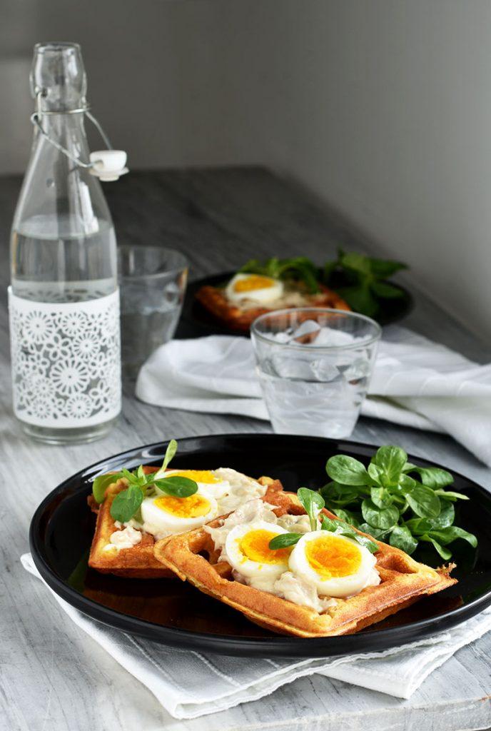 Waffle salati con tonno e uova sode