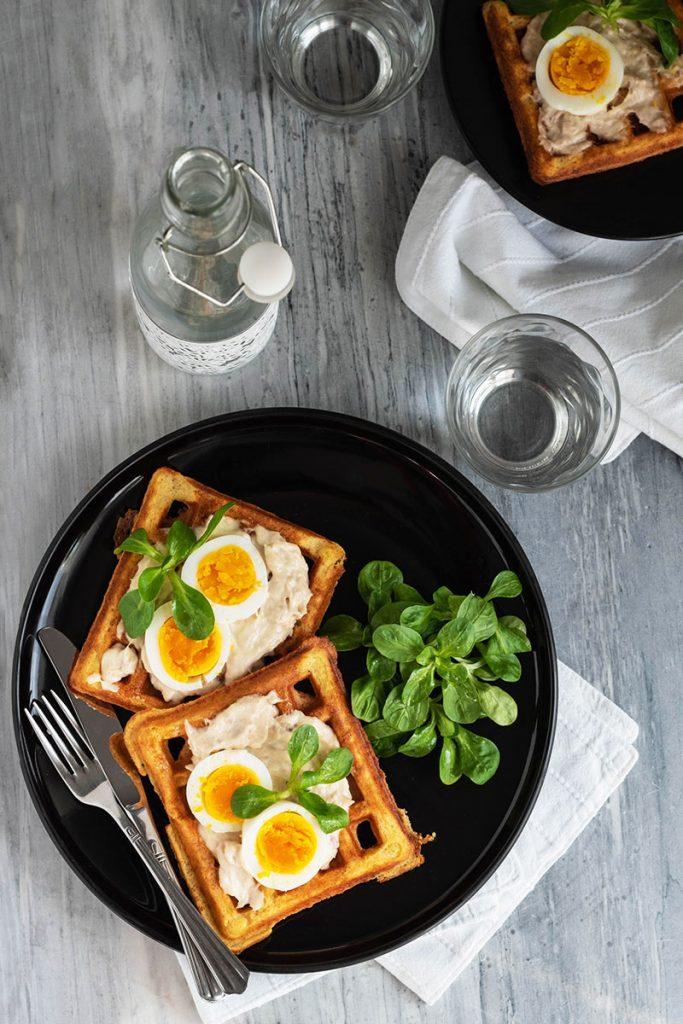 Waffle salati con salsa tonnata e uova sode